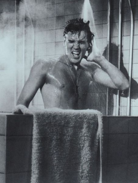 Elvis-Presley-singing-during-bathing