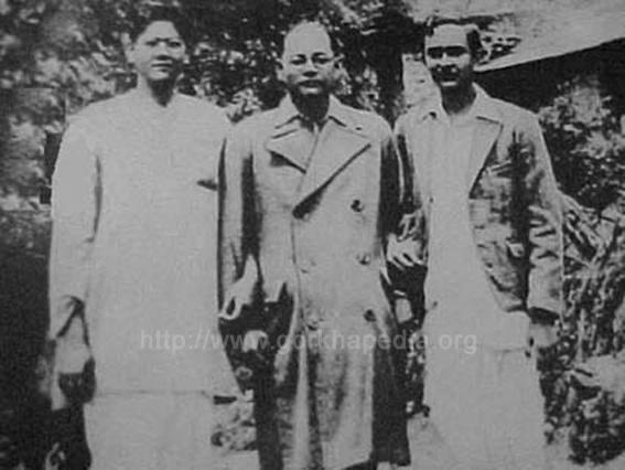Netaji-Subhas-Chandra-Bose-at-Gidhepahar-Kurseong-flanked-by-young-Indian-nationalists-Amiya-Basu-and-Shishir-Basu