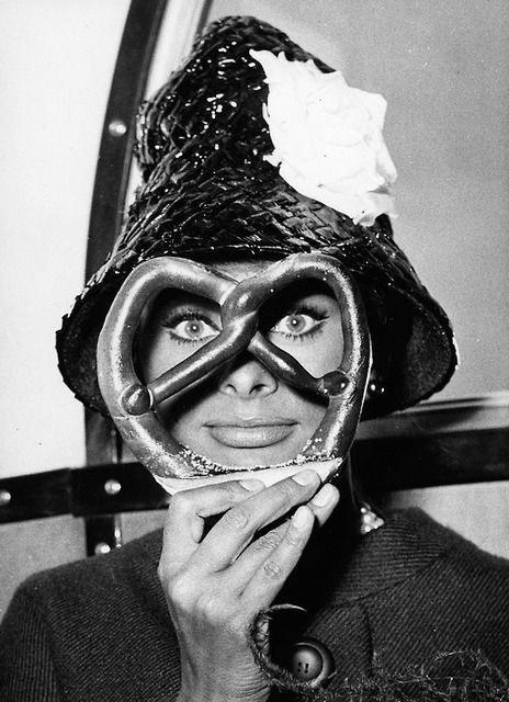 Sophia-Loren-with-a-mask
