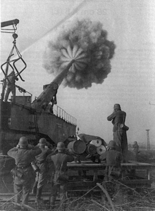 american-cannon-fired-shell-to-enemy-world-war-2-krupp-k5-railway-car-gun