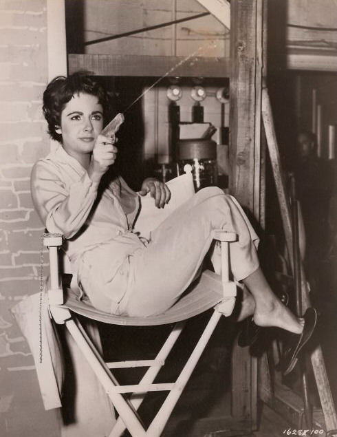 Elizabeth-Taylor-in-chair-relaxing