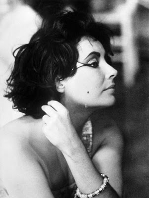 Elizabeth-Taylor-make-up-herself-rare-photos