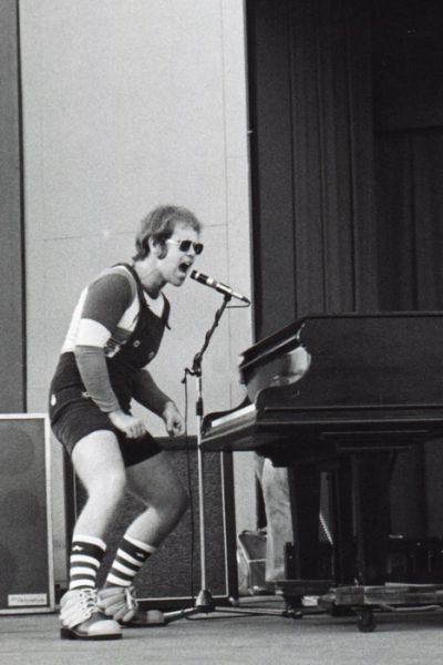 Elton-John-playing-piano-in-live-concert