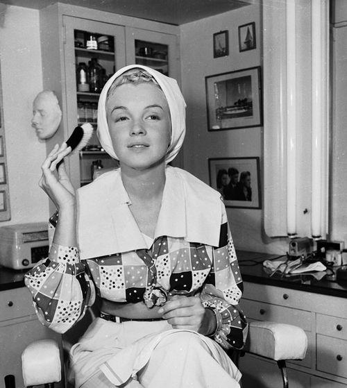 Marilyn-Monroe-doing-facial