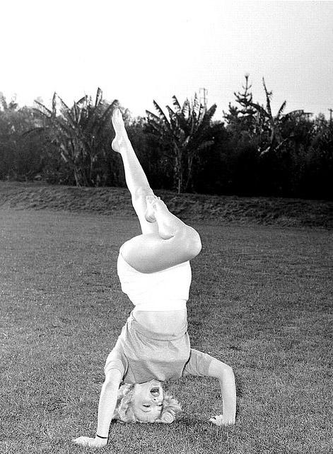Marilyn-Monroe-doing-yoga