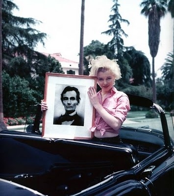 Marilyn-Monroe-hold-Abraham-lincoln-photos