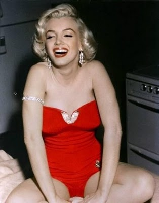 Marilyn-Monroe-in-red-color-garment-beautiful-smile