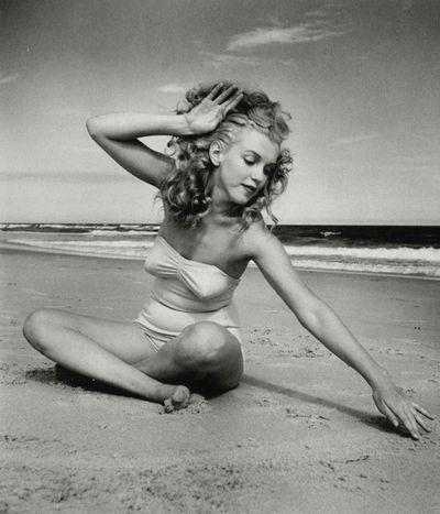 Marilyn-Monroe-in-sea-beach