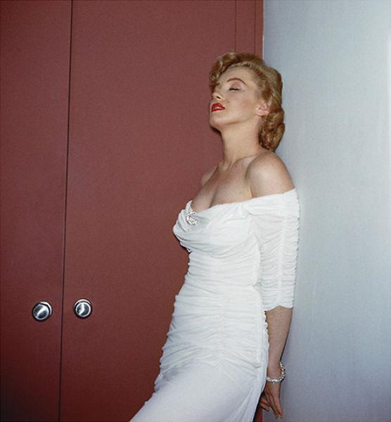 Marilyn-Monroe-in-white-dress-depressed