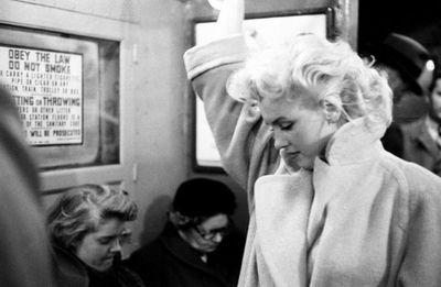 Marilyn-Monroe-very-rare-photos-in-local-train