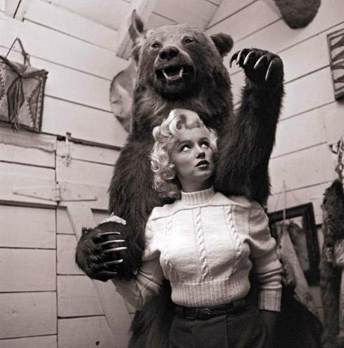 Marilyn-Monroe-with-a-bear