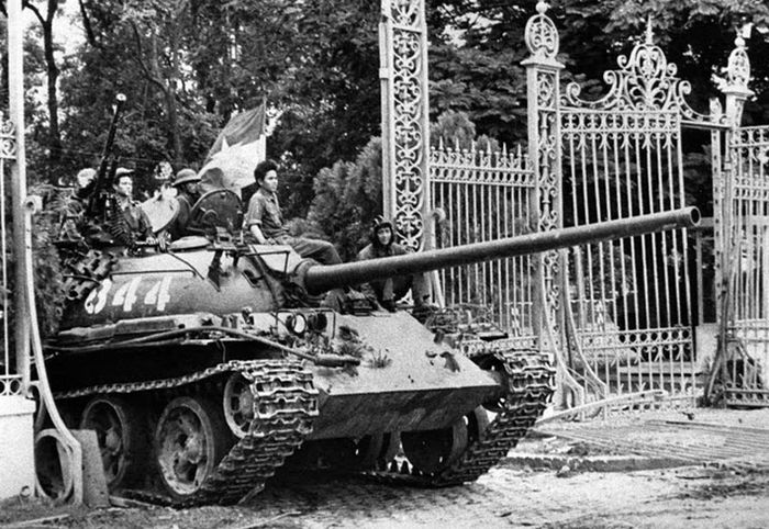 Vietnamese-soldier-over-tank-preparing-to-attack-american-soldier