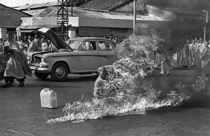 self-immolating-monk-in-Saigon-Photographer-Malcolm-Browne-captured