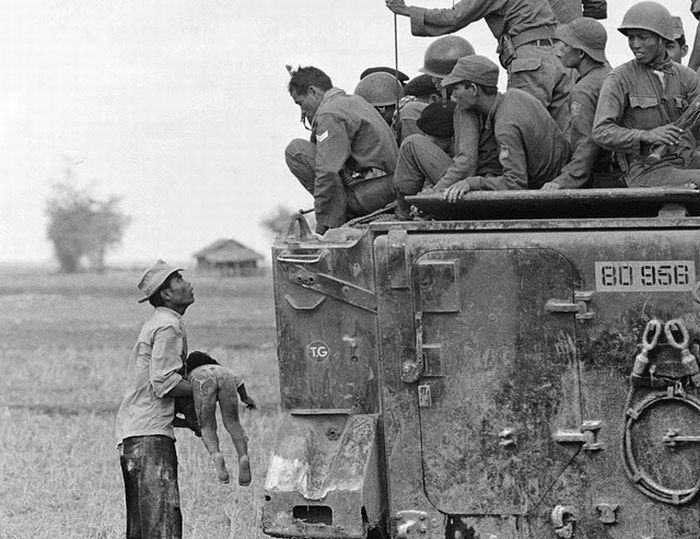 Baby-thrown-to-soldier-in-Vietnam-war-photographed-by-horst-faas-pulitzer-winner
