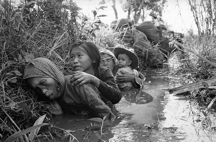 ill-old-lady-forced-to-hide-in-a-drain-along-with-grandchildren-in-vietnam-war-photographed-by-horst-faas