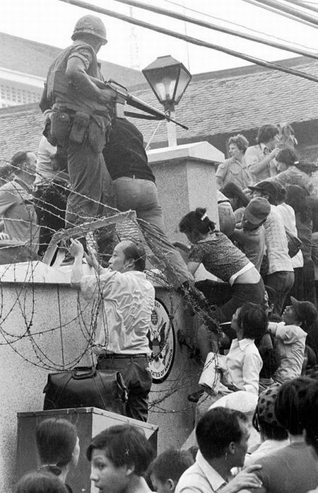 Fall-of-Saigon-captured-by-american-soldier-people-try-to-cross-the-wall