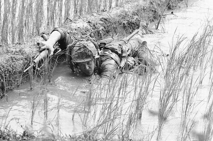 soldier-try-to-hide-in-mud-field-in-vietnam-war