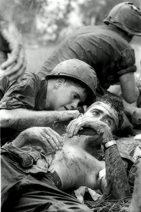 doctor- james-e-callahan-try-to-cure-a-wounded-soldier-in-vietnam-war