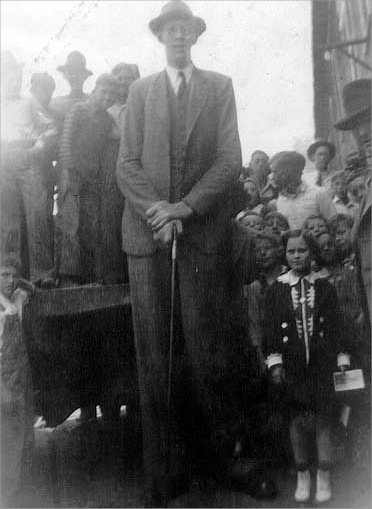 robert-wadlow-with-a-little-girl-child