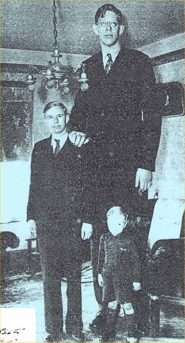 robert-wadlow-with-his-brother