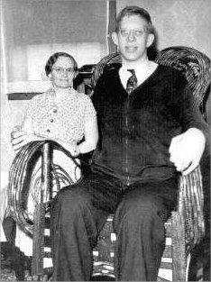 robert-wadlow-with-mother