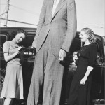 robert-wadlow-with-two-young-lady