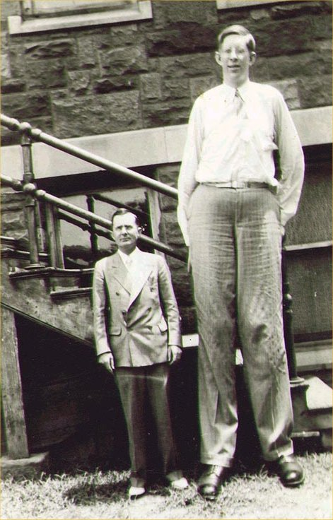 robert-wadlow-with-his-manager