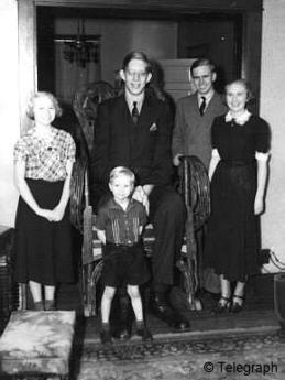 robert-wadlow-with-family