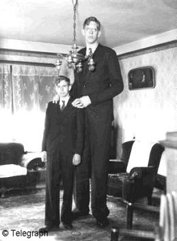 robert-wadlow-with-his-brother-in-his-house