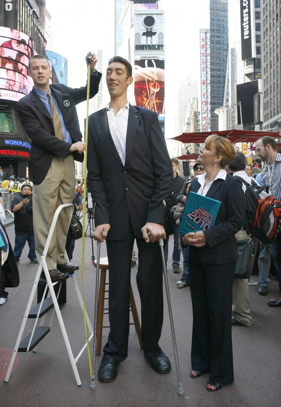 sultan-kosen-worlds-tallest-man height measurement