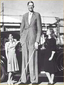 two-lady-astonished-by-robert-wadlow-height