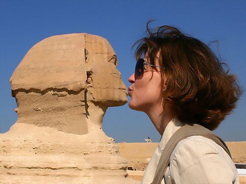 kiss-with-sphinx-forced-perspective-photos
