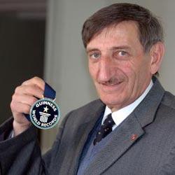 Mehmet-Ozyurek-with-guinnes-record-medal