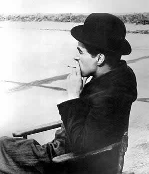 Charlie-Chaplin-smoking-photos