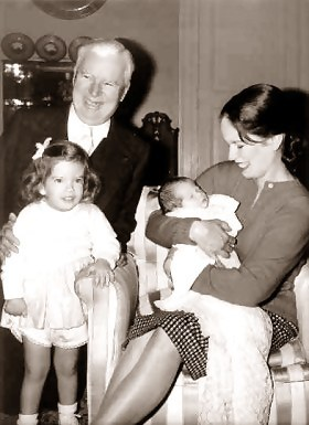 Charlie-chaplin-with-wife-Oona-Chaplin-two-children