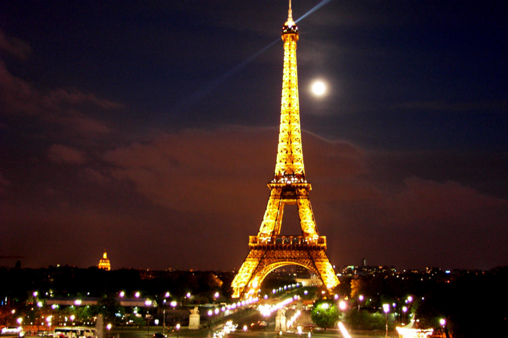 Eiffel-Tower-in-beautiful-night
