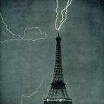 Lightning-sttriked-Eiffel_Tower