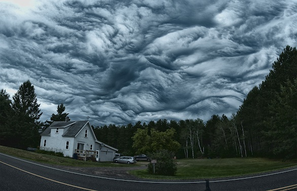 Undulatus-asperatus-over-a-valley