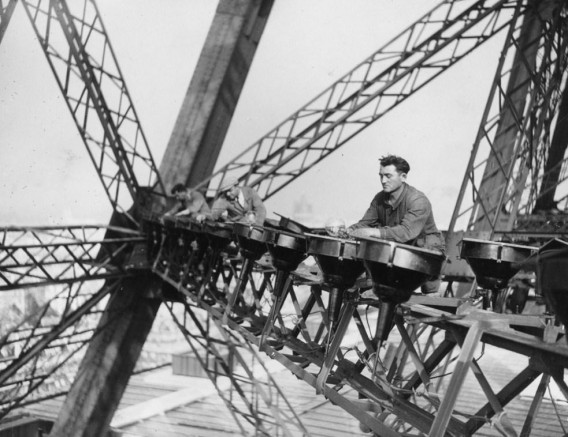 eiffel-tower-construction-by-worker