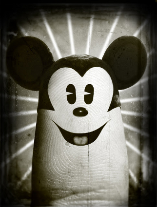 mickey-mouse-in-finger