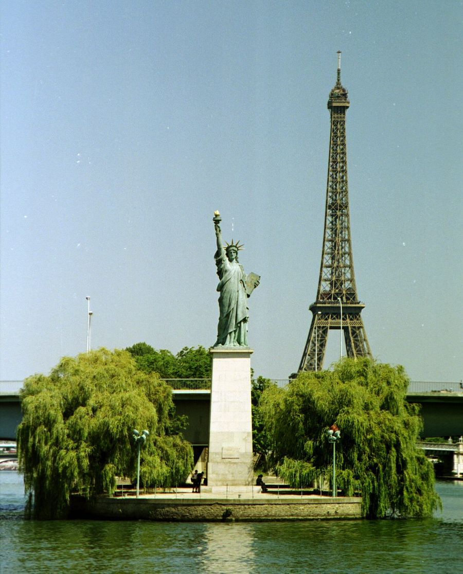 Funny-photo-Statue-of-Liberty-with-eiffel-tower