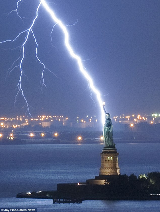 Statue-of-Liberty-hits-by-lightning