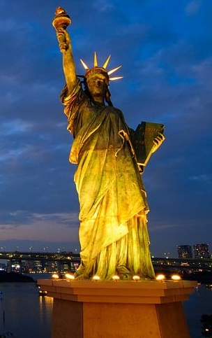 Statue-of-Liberty-torch-in-night