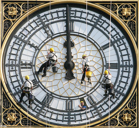 5-workers-cleans-Big-Ben-during-maintenance-in-2007