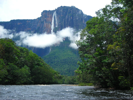 Cloud-floating-nearby-Angel-falls