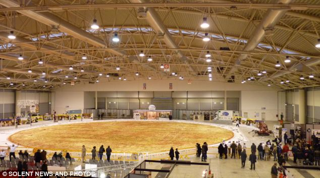 Italian-Pizza-NIPfood-have-prepared-40metres-Giant-Pizza-Guinness-world-record
