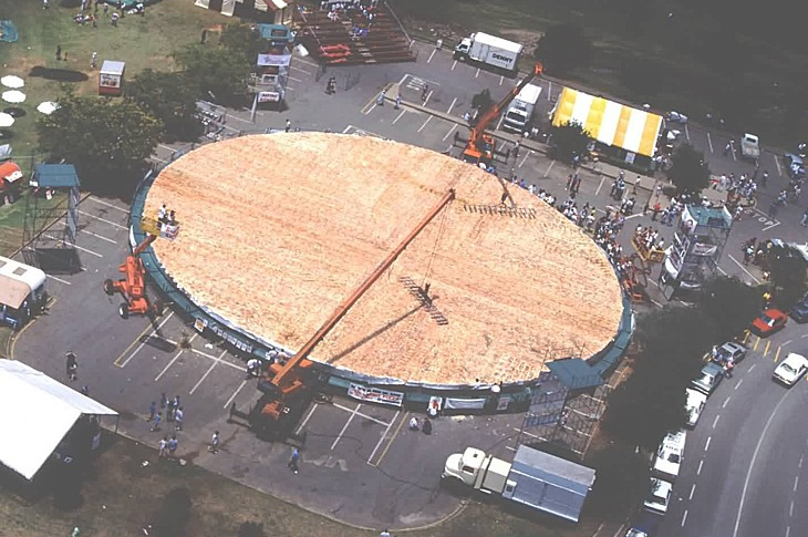 NorwoodHypermarket-South-Africa-worlds-largest-pizza-prepared-in-1990