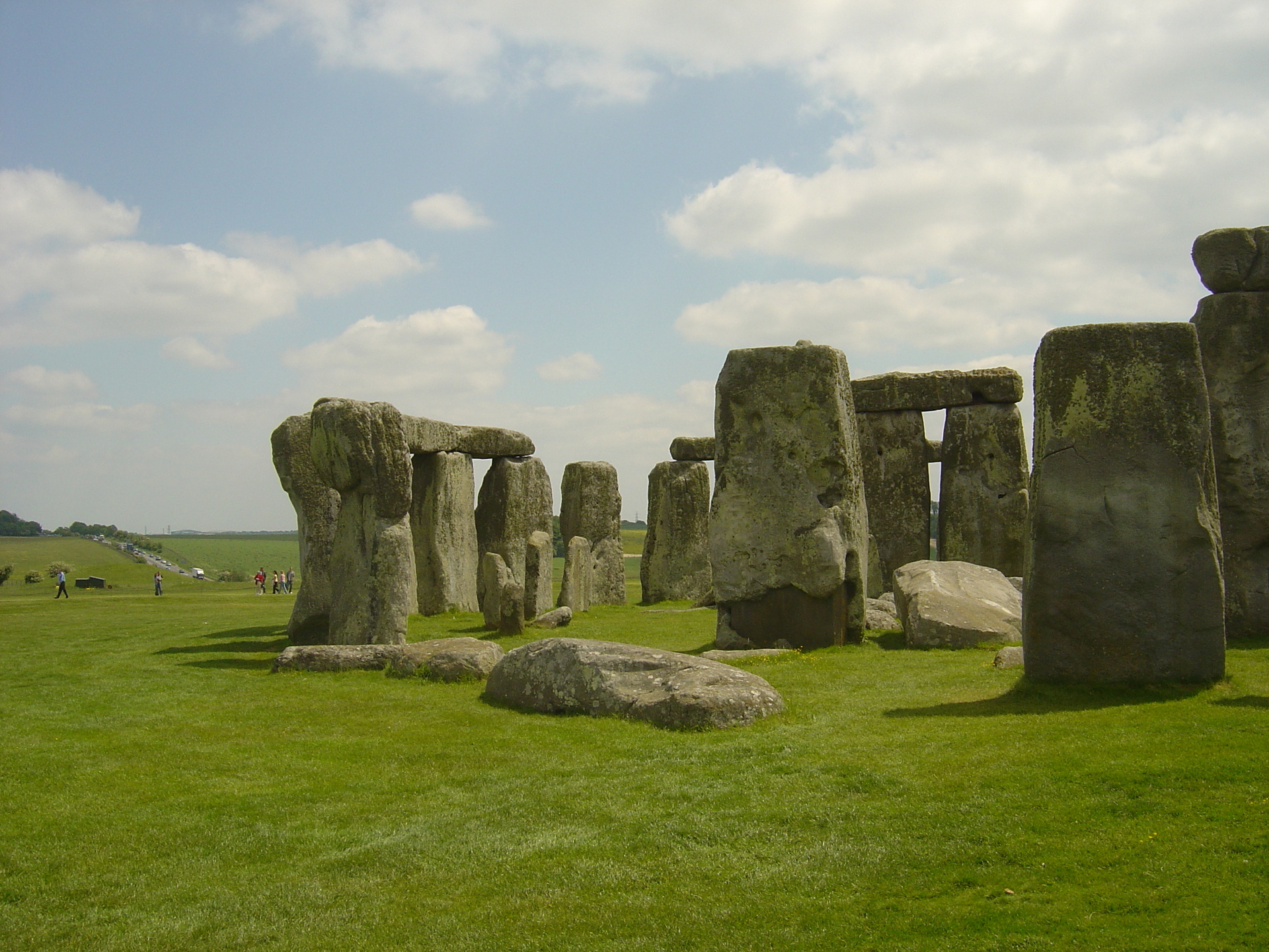 clouds-pass-over-stonehenge-during-rainy-season