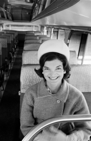 Jackie-Kennedy-in-a-bus