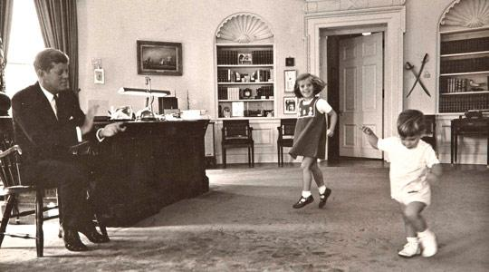 JFK-son-John-and-daughter-carolinein-the-Oval-Office-of-the-White-House-in-Washington-October-1962